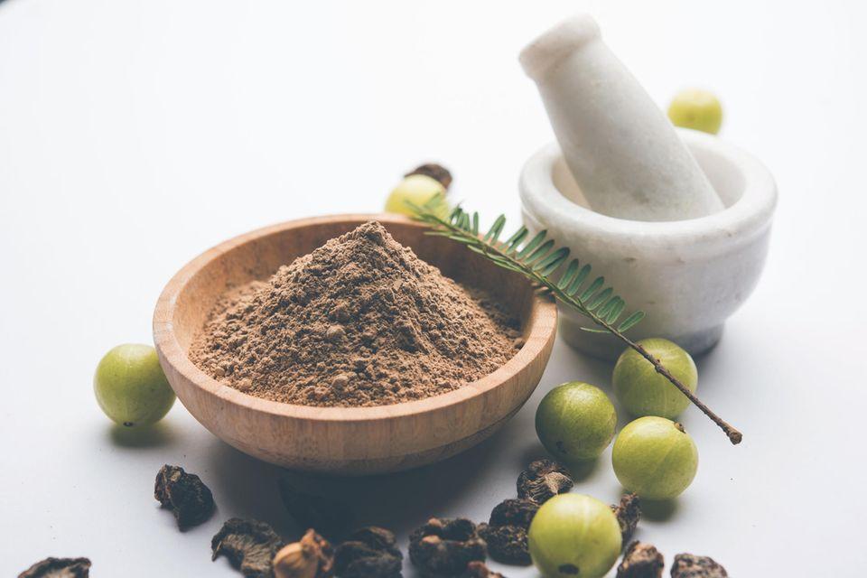 Amla-Pulver ist ein wirksames Mittel gegen Haarausfall.