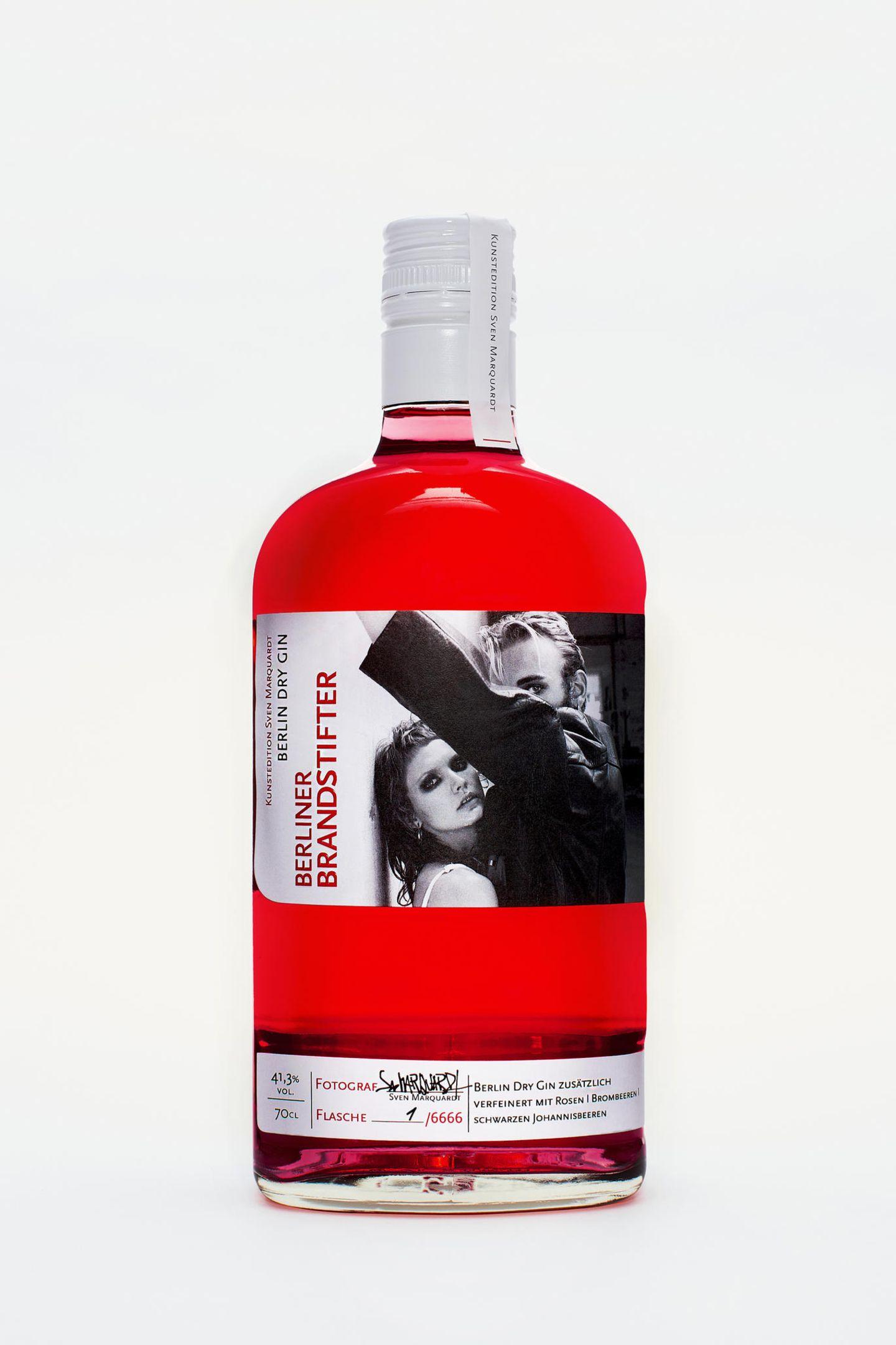 """Gin hat sich in den letzten Jahren zur absoluten Trend-Spirituose gemausert. Wer denkt, er hat schon sämtliche Gin-Varianten getrunken, der hat noch nicht die neue Kunstedition von den Berliner Brandstiftern probiert. Für eine streng limitierte Auflage von6.666 Flaschen haben sie sich mit dem Starfotografen und Türsteher vom Berliner Berghain, Sven Marquardt, zusammengetan. Dry Gin """"Sven Marquardt""""-Kunstedition von Berliner Brandstifter,für ca.46,50 Euro."""