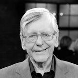 """7. Oktober 2020: Herbert Feuerstein (83 Jahre)  Mit seinem klugen Humor wird Kabarettist und Journalist Herbert Feuerstein zur Kultfigur im deutschen Comedy-Fernsehen. Der in Österreich geborene, gelernteMusiker ist zunächst als Redakteur und Korrespondent in New York tätig, bevor er 1986 seine erste WDR-Show """"Wild am Sonntag"""" moderiert. Durchseine Zusammenarbeit mit Harald Schmidt in der Sendung """"Schmidteinander"""" wird derEntertainer schließlich einem breiten Publikumbekannt. Nun ist Feuerstein im Alter von 83 Jahren aus noch unbekannter Todesursache in der Nähe von Köln verstorben."""