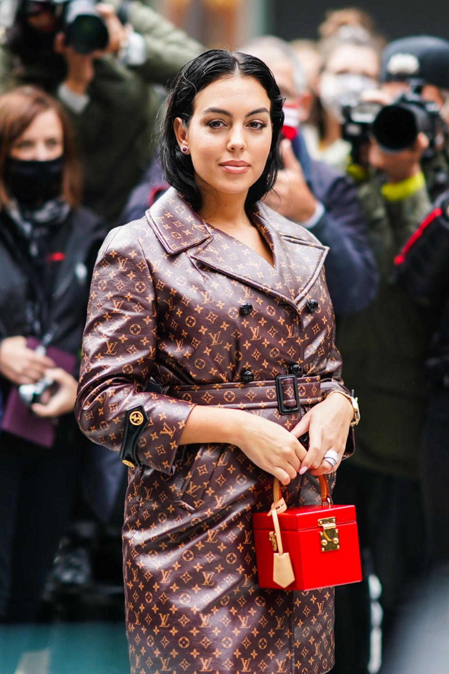 Georgina Rodriguez, die Freundin von Fußball-Star Cristiano Ronaldo, posiert vor der Show von Louis Vuitton für die Streetstyle-Fotografen.