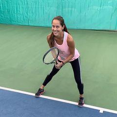 Für die einstige Profisportlerin ist Tennis ein ganz bedeutender Teil ihres Alltags. Auf dem Platz kämpfen Ana Ivanovic und ihr Ehemann Bastian Schweinsteiger erbittert um jeden Punkt.