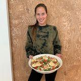 Gesunde, nährstoffreiche Lebensmittel und leckere Rezepte sind ebenso Teil der Fitnesschallenge von Ana Ivanovic wie tägliche Bewegung. Auf dem Teller landet zum Beispiel ein gemischter Salat mit gegrilltem Geflügel.