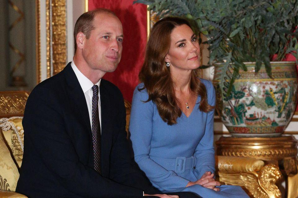 Zur Audienz des ukrainischen Präsidentensetzt Katebei ihrem Lookauf die Farbe Blau. Nicht nur ihr Kleid wählt sie in einem ihr schmeichelndenRoyalblau, auch ihre Ohrringe und ihre Halskette funkeln passend zum Verlobungsring in Saphirblau. Bei den Schmuckstücken handelt es sich sehr wahrscheinlich um Erbstücke von Lady Diana, die Kate etwas anpassen hat lassen. So scheint es, als habe die Frau von Prinz Williamdie Ohrringe so verändern lassen, dass sie etwas dezenter wirken. Die Kette scheint ebenfalls eine neue Kombination aus Dianas vererbtem Schmuckfundus zu sein.