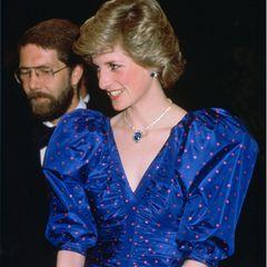 Die Ähnlichkeit zu Dianas Schmuckstücken ist verblüffend: Die Mutter von Prinz William und Prinz Harry sah man häufig inSaphir- und Diamantschmuck. Sie kombinierte sie sowohl zu Abendkleidern, als auch zu Blazer-Rock-Kombinationen. Dieses Set warein Hochzeitsgeschenk der saudischen Königsfamilie und wurde als Ergänzung zu Dianas Verlobungsring entworfen.