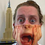 """Wie vorbildlich: """"Kevin"""" bleibt nicht nur """"Allein zu Haus"""",sondern trägt auch Maske! Schauspieler Macaulay Culkin überrascht seine Fans mit diesem unverwechselbarenAnblick seines jungen Film-Ichs des 90er-Jahre-Kinohits."""