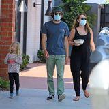 """6. Oktober 2020  """"Gossip Girl""""-Star Leighton Meesterund""""O.C., California""""-Darsteller Adam Brody sind vor Kurzem zum zweiten Mal Eltern geworden. Während der Babysitter wohl auf ihren kleinen Sohn aufpasst, führt das Paar Tochter Arlo Dayganz entspannt zum Lunch aus."""