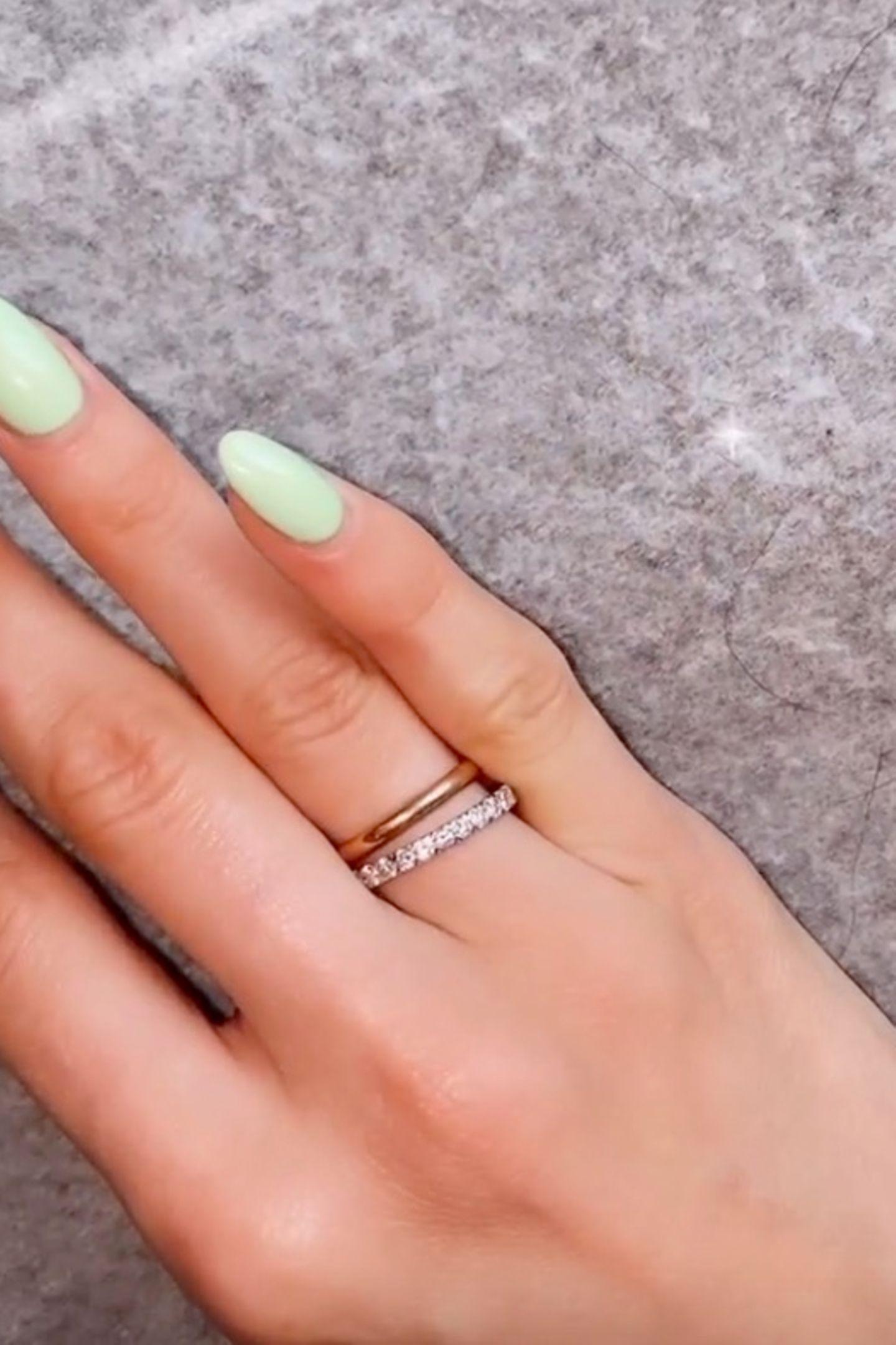 """... sie trägt nämlich gleich zwei Eheringe, wie sie auf Instagram verrät: Einen simplen Ehering aus Roségold, den sie niemals, auch nicht zum Putzen, abnimmt und einen mit Diamanten besetzten""""Eternity Ring"""". Bei diesem handelt es sich um das Modell """"Alliance Gatsby"""" von Messika (Preis rund 2.490 Euro)."""