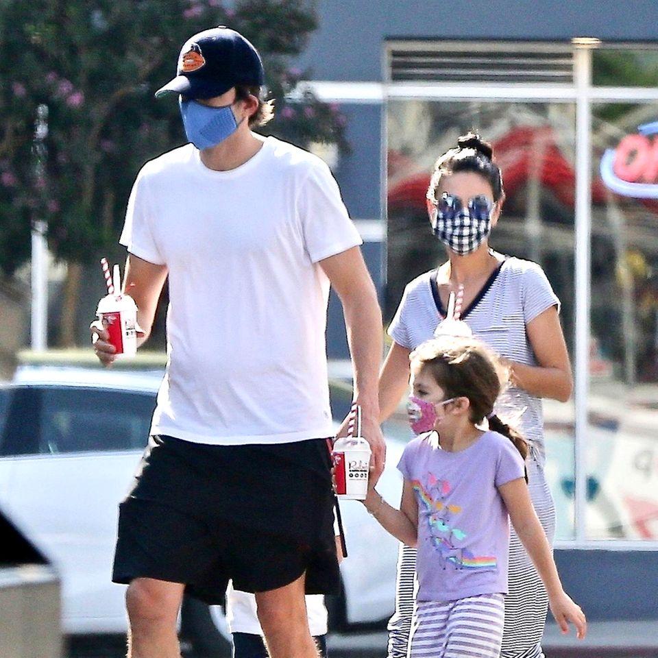 Oktober 2020  Milchshakes für alle! Ashton Kutcher und Mila Kunis genießen ihre Zeit als Familie, die sie allerdings gerne aus der Öffentlichkeit halten. Umso schöner ist es, die vier bei ihrem sonntäglichen Ausflug zu erspähen.Während der kleine Dimitri leider hinter Papa versteckt bleibt, fällt auf, dass ihreaufgeweckte Tochter Wyatt ganz schön gewachsen ist und damit auch Mama immer ähnlicher sieht.