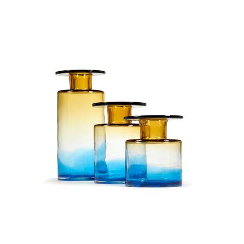 """Feuer und Wind bringen die bildschönen neuen Entwürfe von DesignerinMarie Michielssen in ihre Form. Glasvasen """"Wind & Fire"""" in blau/amber von Serax, ab ca. 106 Euro"""