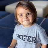 """Wie modisch Eva Longorias Sohn Santiago ist, hat uns das süße Mama-Sohn-Duo schon oft bewiesen. Auf Instagram finden wir eine Reihe niedlicher Looks, die der Zweijährige perfekt in Szene setzt. Doch dieses Shirt ist etwas besonderes: Denn mit der Aufschrift """"Voter"""" (zu Deutsch: Wähler)zeigt Santiago, dass er ein zukünftiger Wähler ist. Und ermutigt andere Fans und Follower ebenfalls ihreStimme in der bevorstehendenPräsidentschaftswahl der USA am 3. November abzugeben."""