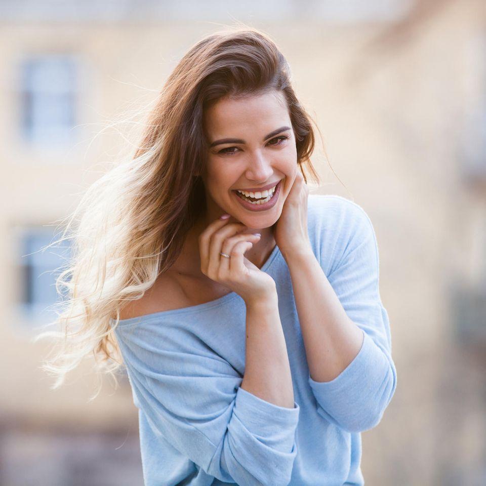 Haarwachstum anregen: Portrait von einer junger Frau mit langen Haaren.