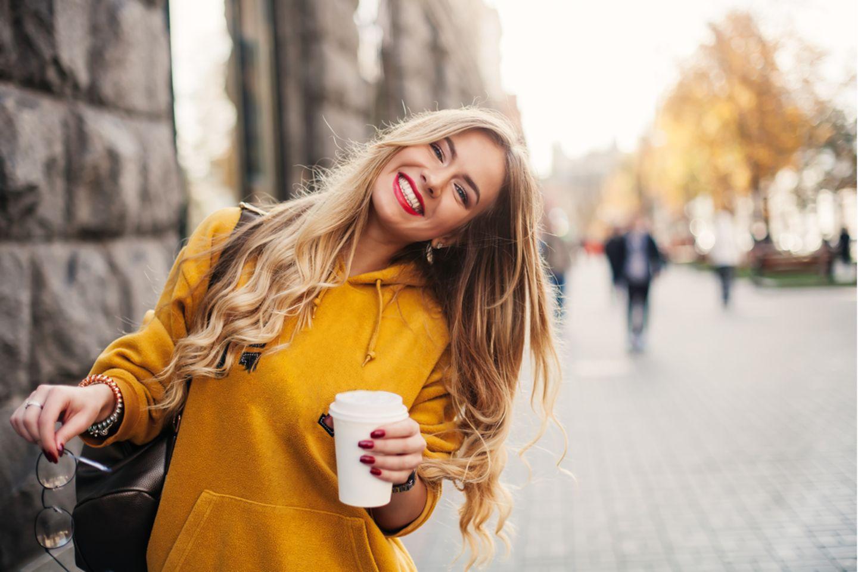 Schnell fettende Haare: Lächelnde Frau mit langen blonden Haaren.
