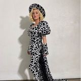 """Jetzt, sechs Wochen nach der Geburt ihrer Tochter Daisy, ist Katy Perry schon wieder zurück bei der Arbeit – und überrascht ihre Fans mit einem Wahnsinns-Look! In einem heißen Overall mit Kuhflecken-Print präsentiert die Sängerin stolz ihren schlanken After-Baby-Body und stellt ihre """"American Idol""""-Kollegen ganz schön in den Schatten."""