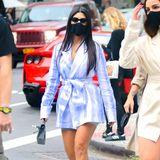 Kourtney Kardashian weiß, wie man alle Blicke auf sich zieht! Die Dreifach-Mama gönnt sich eine kleine Auszeit in New York City und geht mit ihren Freundinnen im Szene-Viertel Soho shoppen. In einem knappen Batik-Blazer schlendert die Schwester von Kim Kardashian durch die Straßen der Metropole, eine enge Radlershorts schützt sie vor ungewollten Einblicken.