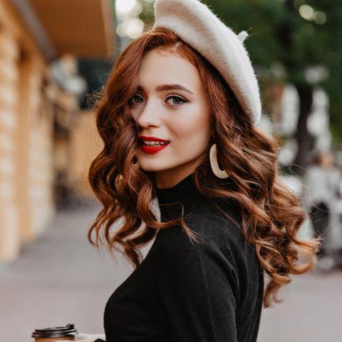 Naturlocken stylen: Frau mit Locken und Hut