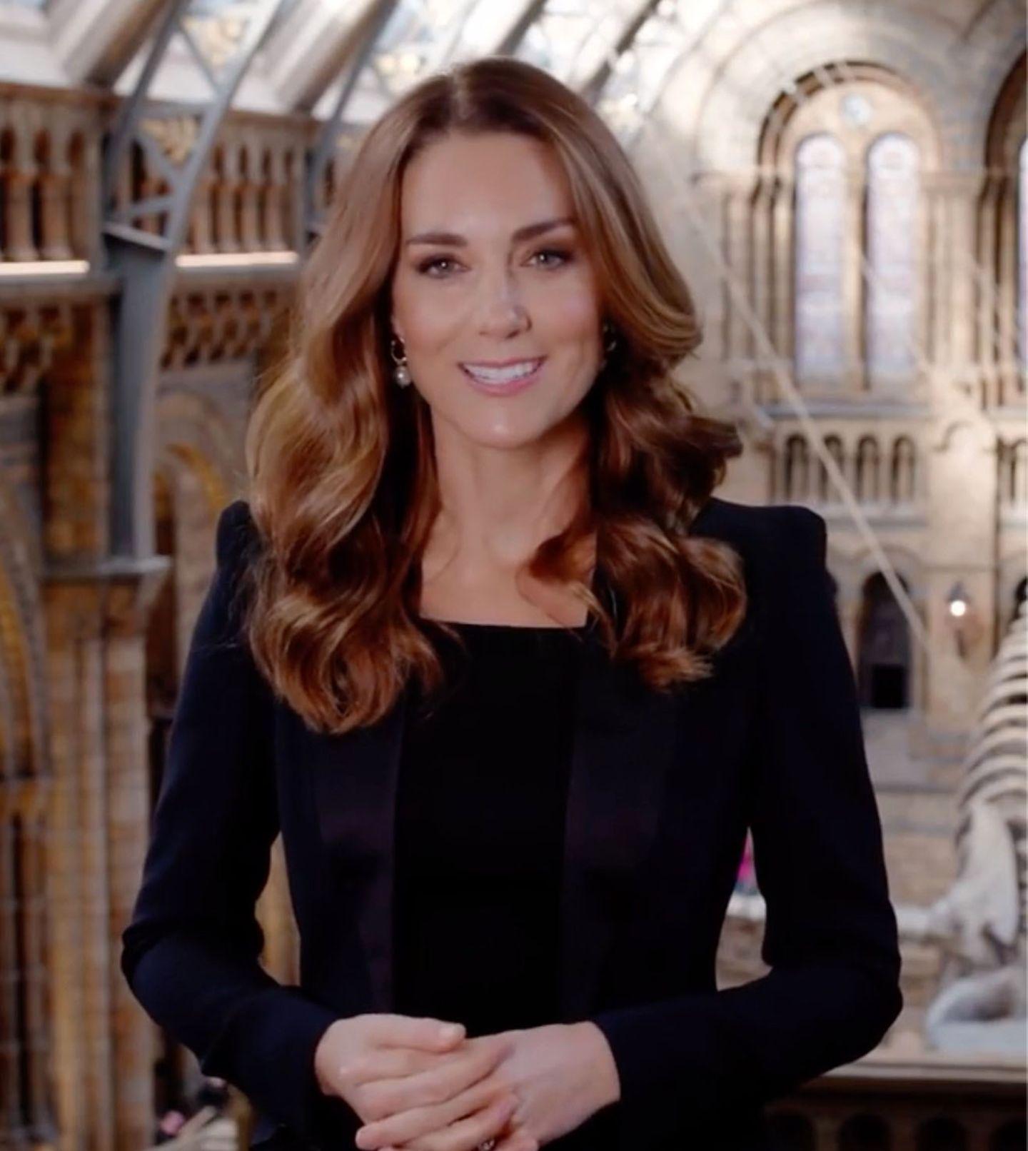 Herzogin Kate im schwarzen Power-Suit