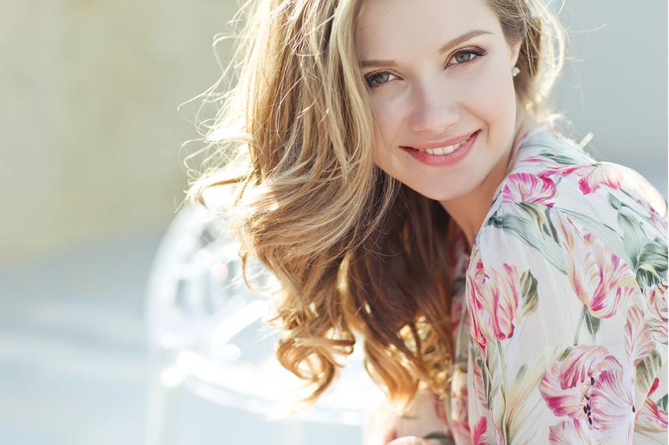 Haarausfall stoppen: Frau mit dichtem gewelltem Haar