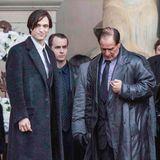 """In Matt Reeves' neuem""""Batman""""-Film mit """"Twilight""""-Star Robert Pattinson in der Titelrolle geht es düster zu. Zusammen mit Schauspielkollegen Colin Farrell (""""Pinguin"""") und Zoe Kravitz (""""Catwoman"""") laufen die Dreharbeiten vor der St. George's Hall in der englischen Hafenstadt Liverpool."""