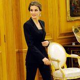 """Die Königin der eleganten Power-Suits ist undbleibt Königin Letizia. Beim 25. Geburtstag des Nachrichtensenders """"Antena 3"""" präsentiert sich Königin Letizia im super enganliegenden Hosenanzug als stilsichere Respektsperson."""