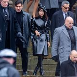 """Da ist sie ja, die neue Catwoman: Zoe Kravitz zeigt sich am Set von """"The Batman"""" zwar nicht in dem typischen Catsuit - abr dafür in einem coolen Lederlook, der aus Stiefeln, Mantel und Hut besteht."""