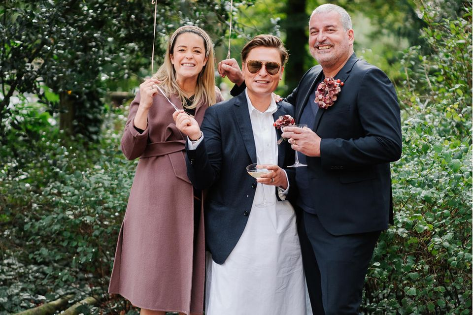 """10. Oktober 2020  Nach 20 Jahren Freundschaft hat Modedesigner Dawid Tomaszewski seinen Partner Klaus Traenke (Mode-Unternehmer) im Standesamt Zehlendorf geheiratet. Als Trauzeugin an der Seite des Paares ist die hochschwangere Designerin Marina Hoermanseder. Nach der Trauung geht es am Abend im kleinsten Kreis zu einem feinen Dinner ins Berliner """"MontRaw""""-Restaurant. Dawid zu GALA: """"Ich bin einfach so glücklich und wünsche mir, dass wir noch 100 Jahre zusammen leben."""" Der nächste Step? Das Paar wünscht sich ein Baby."""