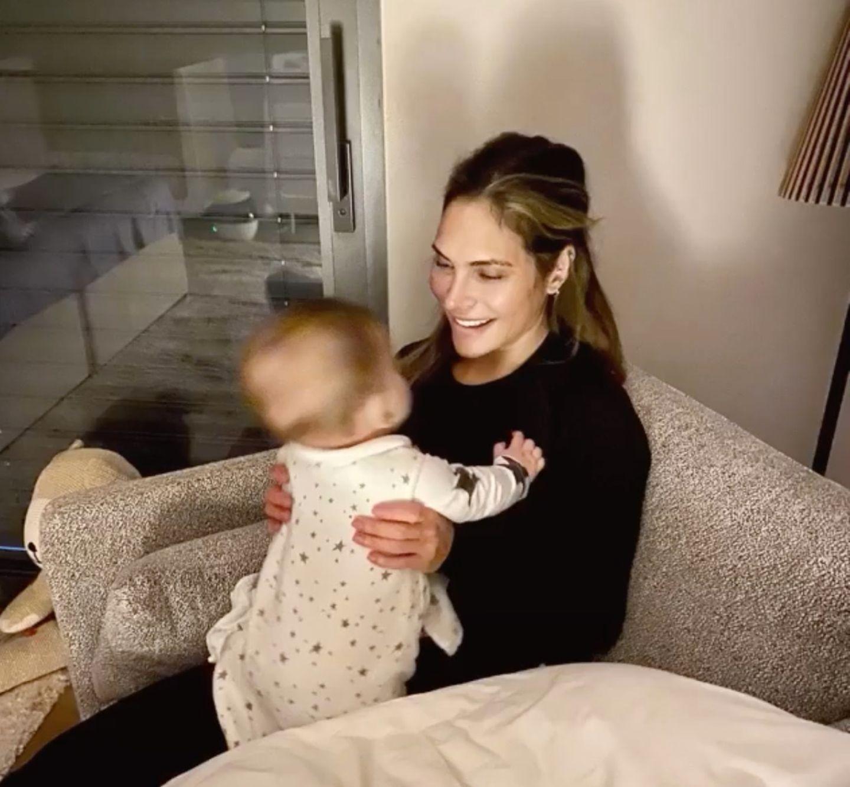 """Allzu oft bekommen wir den kleinen Beau nicht zu sehen. Deshalb ist dieses Bild, das Ayda Field bei ihrer """"Lieblingsbeschäftigung des Tages"""" zeigt, etwas ganz Besonderes. Die Frau von Robbie Williams ist gerade dabei, ihren Sohnemann ins Bett zu bringen - und genießt dabei noch ein wenig Zeit mit ihrem Jüngsten."""