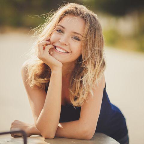 Dünnes Haar: Lächelnde blonde Frau mit mittellangen Haaren.