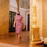 Ausgerechnet zu einem Termin zur Schuldenbekämpfung zeigte sich Königin Máxima in einem besonderes luxuriösen Look: Das rosefarbene Etuikleid mit Schößchen von Bottega Veneta ist ab knapp 2000 Euro zu haben. Ob ihr bewusst war, dass der schöne Look hier doch etwas fehl am Platze war?