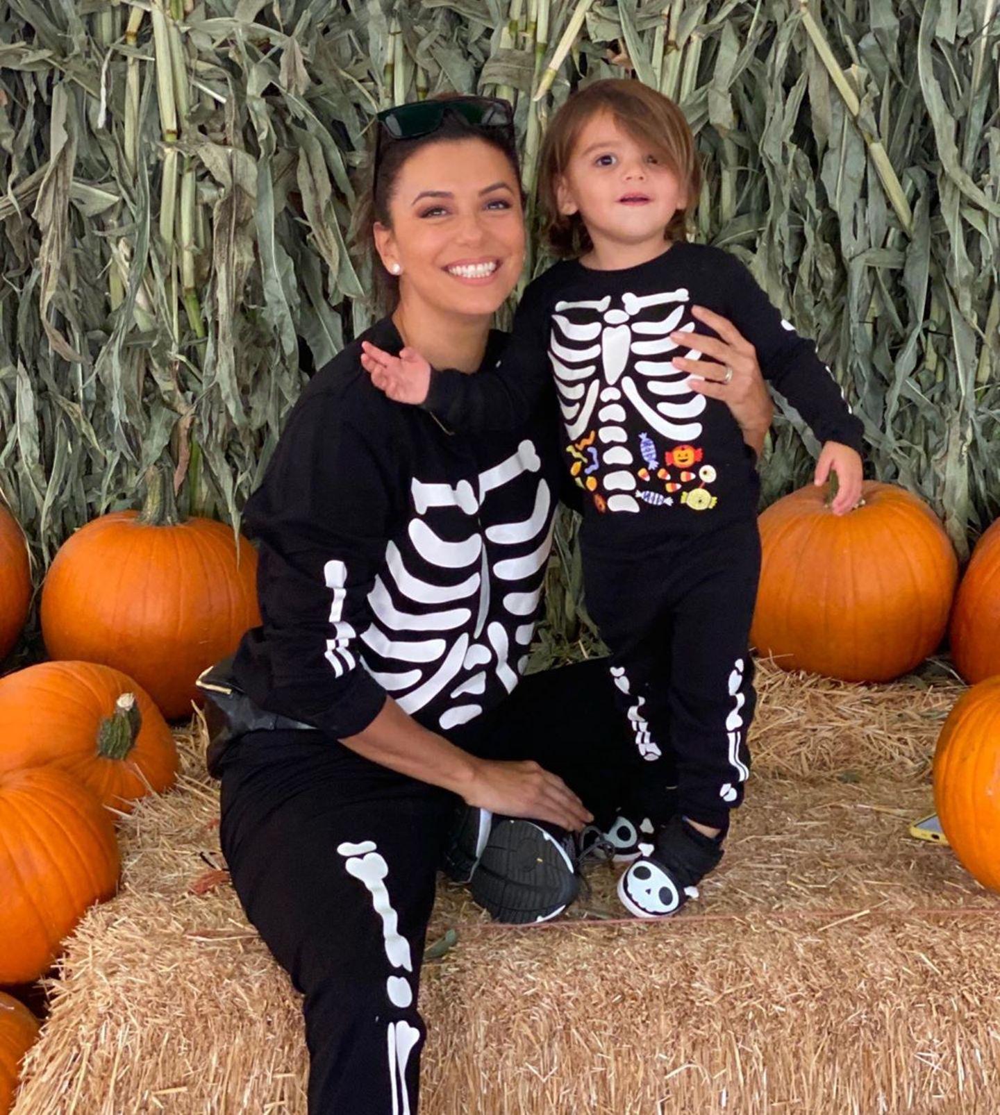 Vor diesen Skeletten braucht man wirklich keine Angst haben: Eva Longoria und Sohn Santiago lachen auch zu Halloween in die Kamera.