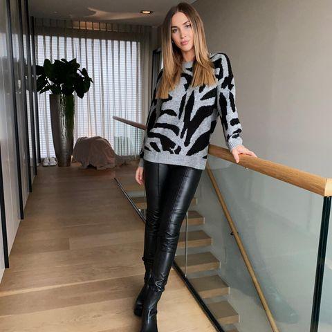 Ann-Kathrin trägteine schwarze Lederhose zur einem kuscheligen Pullover mit Animal-Print - so kombiniert sie gleich drei Herbst-Trends miteinander. Dabei setzt sie auf bezahlbare It-Pieces von Comma und der Amazon-Eigenmarke find. Ihre coolen Chelsea-Boots stammen von Vagabond - alle Teilestammenaus ihrem Edit für den Amazon Prime Day.