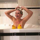"""""""Ente gut, alles gut"""", kommentiert Daniela Katzenberger ihren lustigen Wannen-Schnappschuss auf Instagram undlässtihre Fans gut gelaunt an ihrer""""Katzenwäsche""""teilhaben."""