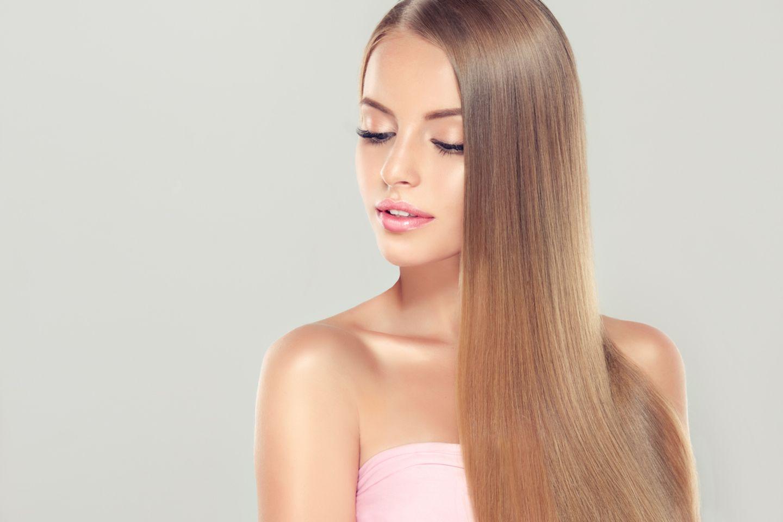 Junge Frau mit glänzenden, langen Haaren