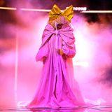 """14. Oktober 2020  Sängerin Sia ist für ihren """"Inkognito-Look"""" bekannt, den sie mit diesem imposanten Auftrittbei den """"Billboard Music Awards"""" in Los Angeles perfektioniert. Als pinke Riesenschleife präsentiert sie ihren neuen Song""""Courage To Change""""."""