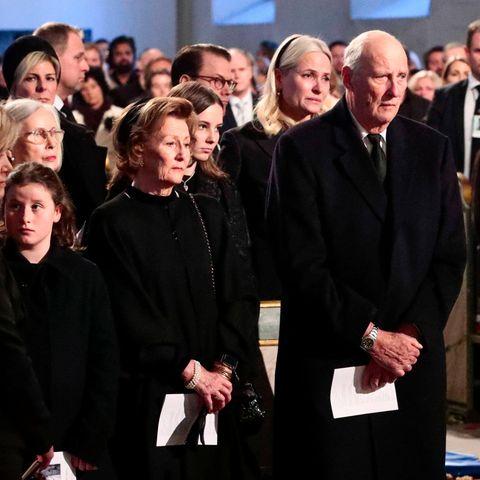 König Harald und die norwegische Königsfamilie auf der Trauerfeier für Ari Behn (†)