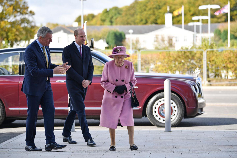 Queen Elizabeth und Prinz William besuchen am 15. Oktober 2020ein Labor in Salisbury, England.