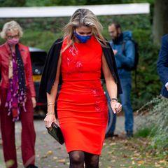 ... dass das Kleid aus der Herbst-/Winterkollektion 2016 stammt und somit schon einige Jahre alt ist. Mit einem schwarzen Cardigan über denSchulternund einer Clutch sowie Pumps aus Lack und ebenfalls in Schwarz, macht die 49-Jährige eine großartige Figur. Manchmal lohnt es sich eben, auf Altbewährtes zurückzugreifen.