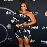 """Lizzo trägt ein """"Vote""""-Kleid"""