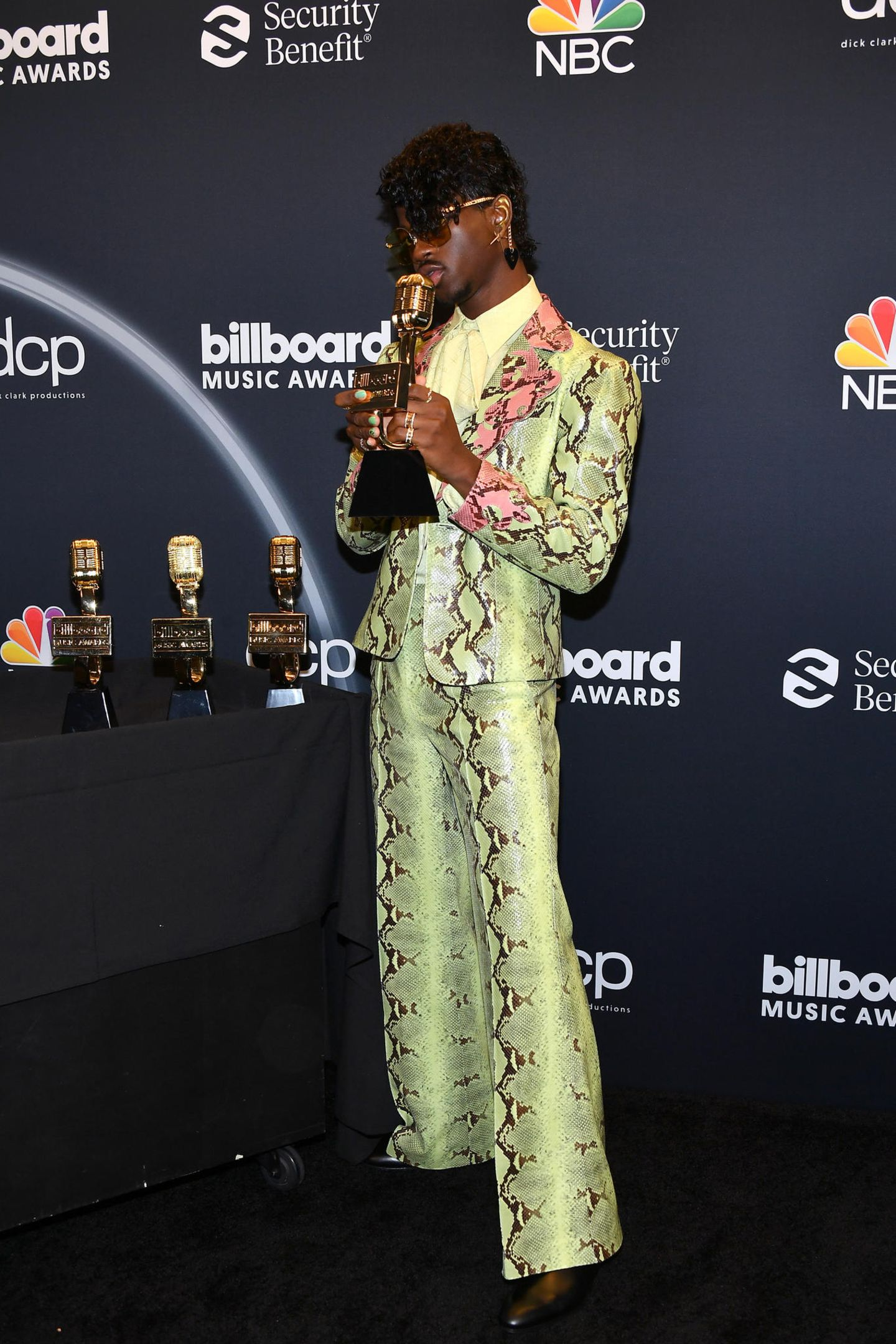 Rapper Lil Nas macht den Damen in seinem neongrünen Anzug von Gucci Konkurrenz. Das Outfit in Schlangenoptik ist gewagt, steht dem extrovertierten Musiker aber ausgezeichnet.