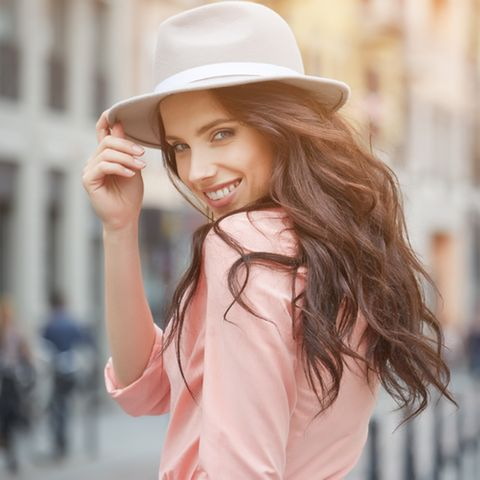 Dicke Haare: Lächelnde Frau mit braunen langen Haaren.