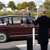 Auf Wiedersehen, Ihre Majestät! Liebevoll winkt Prinz William seiner Großmutter zum Abschied zu. Mit einem Lächeln quittiert die 94-Jährige die Geste. In den sozialen Netzwerken freuen sich viele Fans über die Familienszene - Punkt fünf der Gesprächsstoff-Liste. Schon bald kann man diee Queenund William wieder zusammen sehen: Am 8. November erscheintdie Königsfamilie zum Remembrance Sunday in London.