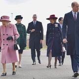In enger Zusammenarbeit mit der Forschungseinrichtung und allen relevanten Parteien seien alle erforderlichen Vorsichtsmaßnahmen gegen Coronagetroffen worden, richtet ein Sprecher der königlichen Familie aus. Heißt für die Queen: Zwei Meter Abstand halten! Sogar von Prinz William. Das gilt nur nur auf dem Gelände. Während er mit dem Auto anreiste, wählte sieden Helikopter.