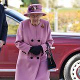 Punkt eins: Es ist das erste Mal seit 9. März und damit seitBeginn der Corona-Pandemie, dass sich Queen Elizabeth außerhalb ihrer Residenzen zeigt.Welch ein besonderer Moment für die Königin, nach sieben Monaten der Zwangsisolation den Menschen wieder nahe sein zu können. Aber natürlich nicht zu nah, wie der Palast versichert.