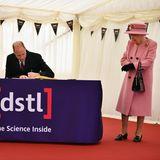"""Prinz William verewigt sich im Gästebuch der Forschungseinrichtung. Auch die Queen hinterlässt eine Unterschrift und scherzt:""""Nun, es beweist, dass wir hier waren, nicht wahr?"""" Ein kleiner Hinweis darauf, wie besonders sich das Comeback aus der Isolation für sie anfühlt."""