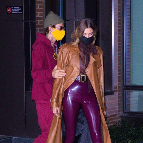 Er trägt Joggingshose, Mütze und Sneaker, sie Ledermantel, Lackhose und Pumps: Hailey und Justin Bieber geben beim Dinner-Date in New York ein ungleiches Paar ab. Immerhin passen sie farblich gut zusammen.