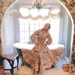 Sogar im Badezimmer setzt Kate Hudson auf blumige Eleganz. Durch einen großen Torbogen gelangt man in einen kleinen gefliesten Erker, in dem vor der großen Fensterfront eine große, dunkle Badewanne im Jugendstil steht. Auch hier finden sich die blumigen Tapeten wieder, die perfekt zur edlen Robe der Schauspielerin passen.