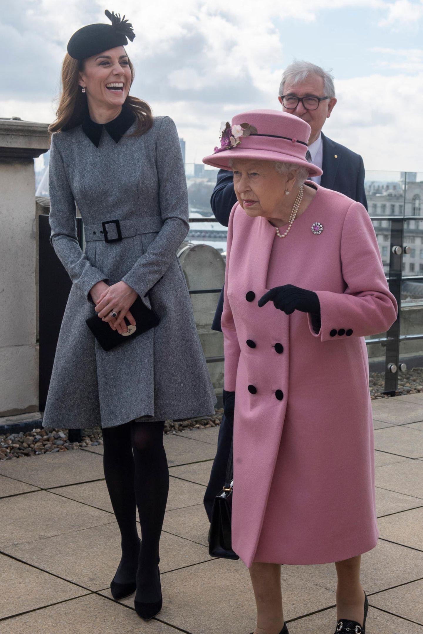... die englische Königin trug den hübschen Mantel ebenfalls in Kombination mit Perlenschmuck - allerdings mit einer anderen Brosche - als sie und Herzogin Kate 2019 eine Bildungs- und Lerneinrichtungen besuchten. Das Event fand ebenfalls bei kühlen Temperaturenim März statt. Ob Frühling oder Herbst: Der stylishe Mantel mit schwarzen Knöpfenscheint ein begehrter Allwetter-Look der Queen zu sein.