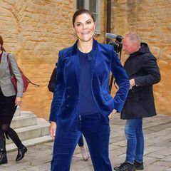 Beim Besuch in Vasteras will sich Prinzessin Victoria ein Bild von der Covid19-Situation vor Ort machen. Dafür trägt sie einen royalblauen Hosenanzug des Labels Dagmar und dazu Stiefeletten von af Klingberg. Bei den Accessoires allerdings ...