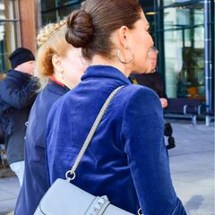 .. setzt sie auf harte Kanten statt auf weichen Cord.Ihre mit Nieten besetzte Tasche stammt von Valentino, dazu trägt sie passende Ohrringe ...