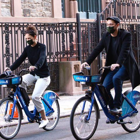 Katie Holmes und ihr neuer Freund Emilio Vitolo verbringen jede feie Minute miteinander. Daran haben auch die Paparazzi ihre Freude, denn das Paar zeigt sich gerne zusammen auf der Straße. Und dabei bewegt es sich stets umweltbewusst durch den Asphaltdschungel New York, so wie heute auf dem Radel.
