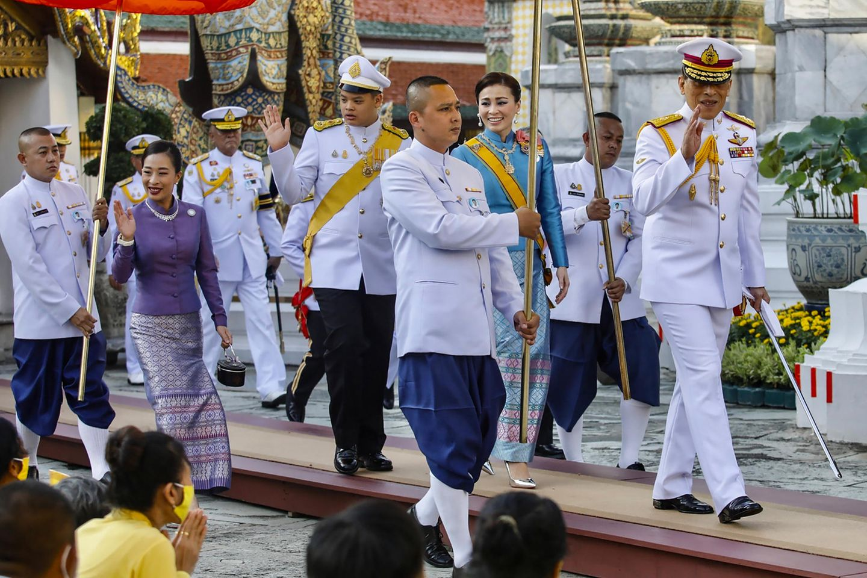 König Maha Vajiralongkorn (rechts), Königin Suthida (dahinter) mit Prinz Dipangkorn Rasmijoti (Mitte) und Prinzessin Bajrakitiyabha (links) bei einer königlichen, religiösen Zeremonie in Bangkok am 14. Oktober 2020
